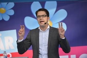 Anna M Beijer tycker att mediebevakningen är orättvis och att Jimmie Åkesson och hans parti behandlas illa.