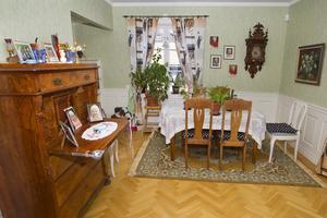Vardagsrum. Väggar och dörrar har tagits bort, och rummen gjorts större i det gamla flerfamiljshuset.