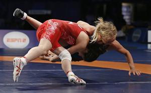 Saori Yoshida, till vänster, tog hem guldet i finalmatchen mot Sofia Mattsson i 53-kilosklassen i Las Vegas.