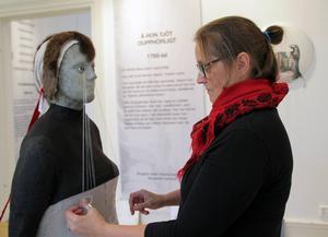 Margareta Danhard har gjort sin egen tolkning av den korsmössa av utterskinn, som den unga gravida kvinnan tvingades bära framför prästen i Delsbo på 1760-talet.