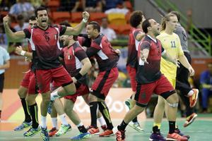 Egyptens handbollsherrar firar efter segern mot Sverige.