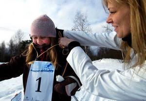 Över mållinjen. Ulrika Back Eriksson från Kniva IF var kranskulla Här är det Ida Westman, 7, som får sin belöning efter loppet - en guldmedalj.
