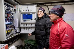 Lars Sjölund (till häger) har ägnat många timmar åt att installera elsystemet, här med Ulf Andersson.
