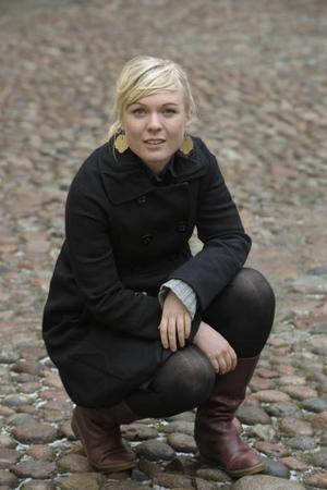 Till Gävle. Josefine Lindstrand har tidigare spelat med Maia Hirasawas band, nu kommer hon att turnera som förband till sångerskan.
