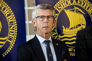 Peter Blomqvist slutar som ordförande för Ångermanlands Ishockeyförbund. Det stod klart efter ett händelserikt årsmöte under tisdagskvällen. Ordförande och halva styrelsen lämnar.