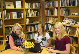 Tummen ner. Varken Malin Reiman (till vänster), Julia Grip eller Sofie Sievert som går på Tunboskolan är förtjusta över förslaget att flytta högstadiet från Kolbäck till Hallstahammar. Det är skönt med en liten skola. Det blir mer personligt, alla känner alla och lärarna får mer tid till varje elev, menar de. Och det lilla biblioteket på Tunboskolan duger utmärkt.Foto: jACKIe MEH