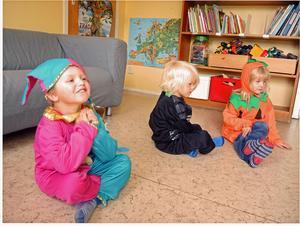 Eric Bergsten, 3, Hjalmar Björkbacka, 3, och Stina Elsander, 3, är glada över att få tillfälle att bära maskeraddräkt.
