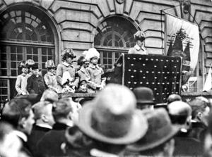 Störtar sin regering. Gustaf V talar till bondetåget och går emot den liberala regeringens uppfattning. Det ledde till att regeringen avgick.