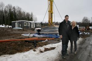 På onsdagen kom det första huset på plats på de nya tomterna i Vikatorp. Christian Persson och Caroline Karlsson räknar med att kunna flytta in i maj.