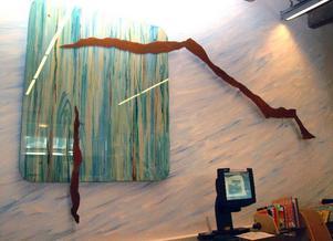 Gunnel Lundholm är också utbildad konstnär och hennes verk finns på flera offentliga lokaler runt om i kommunen. Det här verket hänger på Åres bibliotek i Station Åre.