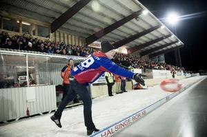 Vinnande kast - Robert Bergius vann den allra första korvcurlingtävlingen på Sävstaås.
