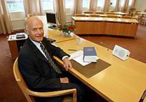Foto: LASSE WIGERTSätter punkt. I 40 år har han varit domare. De sista åtta åren har han varit lagman vid Sandvikens tingsrätt.  I går, fredag, gjorde han sin sista arbetsdag. � Jag har gjort mitt, säger han.
