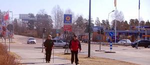 Härjedalens kommun har nu börjat byta åsikt om E 45:ans planerade dragning förbi Sveg. Men innan dess vill kommunen att trafiksituationen bland annat vid fyrvägskorsningen och infarterna till Sveg ska förbättras. Bilden från fyrvägskorsningen. Foto: Leif Eriksson