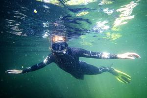 Med en våtdräkt kan man ligga i vattnet längre.