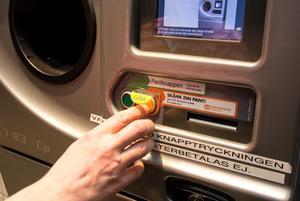 På Hemköp i Hedemora trycker många på den gula knappen och skänker bort panten.