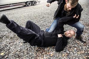 Robin Nilsson visar hur man fäller en angripare (Stefan Jonzon) till marken.