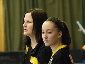 Caroline Gustavsson, tränare Klockarbergets BK, i förgrunden syns Maja Nordin.