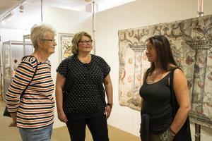 – Ta med en picknickkorg när ni åker runt på utställningarna, tipsar Margareta Drakenberg, Kerstin Englund och Maria Bergstrand om. De är alla medlemmar i konstföreningen.