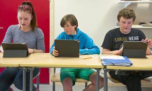 Elina Jonasson, Jakob Nyhem och Jonas Dahlgren tycker att det är bra att jobba med ipad med tangentbord.