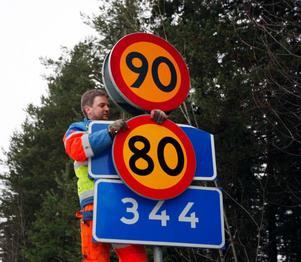 """Anders Andersson på Svevia bytte hastighetsskyltar på den aktuella sträckan under onsdagen. """"Jag tycker synd om dem som ska åka här varje dag"""", säger han."""