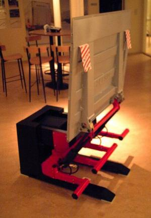I Z-lyftens foajé i Bispgården finns denna modell av företagets produkt,            den världsberömda bakgavellyften.Foto: Ingvar Ericsson