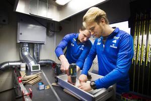 Sebastian och Vredenberg och Fredrik Schaerström är två av vallaexperterna. Här i det främsta rummet där skidorna åt eliten vallas.