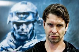 Samma - fast olika. Dennis Lennartsson är frontfigur till det senaste storspelet Battlefield 3.