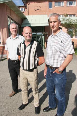 Projekten är jätteviktiga för kommunens framtid, förklarar nye kommunchefen Nicklas Bremefors, i mitten. K G Wikander, till vänster, och Stig Olson, som går in som samhällsbyggnadschef, till höger.