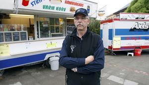 Jan-Åke Danielsson ogillar kommunens beslut om att behöva flytta det rullande gatuköket varje kväll. Det strider mot tanken på ett levande torg, anser han.