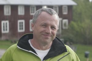 Jonas Pettersson är skåningen som flyttade till Hassela med sin familj 2006. Han kombinerar konstnärskapet med sitt civila yrke som systemvetare/programmerare på distans hos ett Helsingborgsföretag.