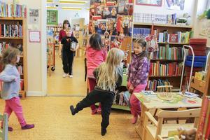 Barn från Los skola och förskola samlas ofta på biblioteket för filmvisning, bokredovisningar, se varandras alster som visas upp och mycket annat.