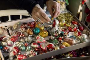 – Jag tycker de är så underbart vackra, säger Karin om sina sköra och vackra julkulor av glas .