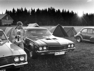 Först att slå upp tälten på Johannisbergs flygfält i fredags kväll var en grupp motorungdomar från Holstebro i Danmark. De har tagit semester bara för att vara med om helgens stora motorfest i Västerås. Året är 1987.