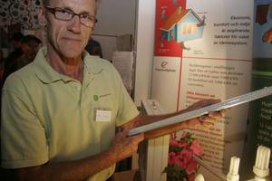 Energirådgivare Hans Jansson visar ett lysrör med Led-dioder i.