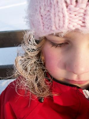 Efter en skidtur ute i skogen (-20 grader) undra hur många minus grader min lillesyster har i håret?
