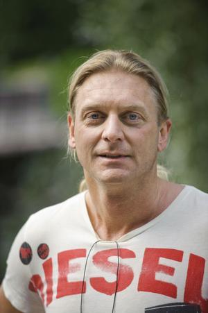Tom Strömbom, 40, brukar springa längs Gavleån. Närheten från centrum till spåret tycker han är ett privilegium.