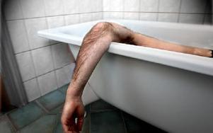 Medan falukvinnan städade hans lägenhet dränkte 70-åringen i sitt badkar. Sedan pekade mördaren ut henne som skyldig! (Bilden är arrangerad)
