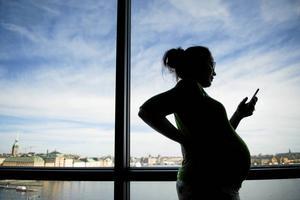 Många kvinnor drabbas av att deras arbetskapacitet sjunker kraftigt under graviditeten. Men hur hanterar samhället det?