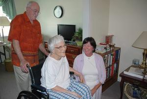 Författaren Harper Lee är i dag 89 år, hon har kraftigt nedsatt syn och hörsel. Bilden är tagen 2010, då hon får besök av vännerna Wayne Greenhaw och Mary Badham på äldreboendet i hemstaden Monroeville, Alabama.