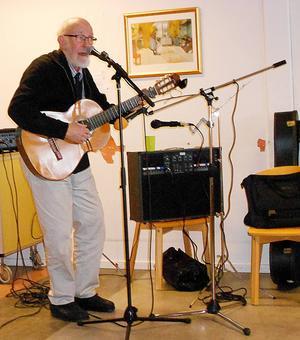Trubaduren Åke Helgesson underhöll med svängig musik.   Foto: Alf Sundin