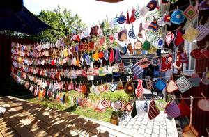 Gunnel Östlings installation–440 grytlappar upphängda med klädnypor på sex tvättlinor.–Alla är hemgjorda. Några har jag gjort själv, andra har jag fått men de flesta är köpta på loppis, säger hon.