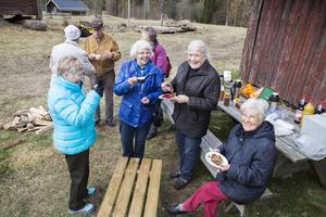 Karin Högberg, Gerd Lander, Christin Enarsson och Ingegerd Sundkvist njuter av fikat tillsammans.