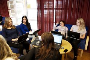 Elevena Jenny Åman, Elisa Forsaeus, Melissa Hristova, Stina Hjertén, Mathilda Lundberg och Caroline Pettersson på Lugnetgymnasiets ekonomiprogram diskuterar för- och nackdelar med den nya betygskalan.
