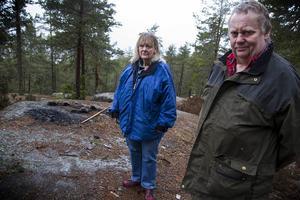 Någon har tänt en eld på en bergshäll.    – Man eldar aldrig på ett berg. Det vet vem som helst, säger Rose-Marie Herrmann och Tomas Skogstjärn.