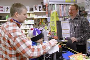 Mårten Trogen, med sonen Emil, är uppvuxen i Hamra. Han bor numera i Stockholm, men gillar att handla av Johan Svensson då han är