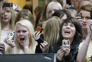 SKRIKANDE FANS. De flickor som stod längst framme vid scenen kunde inte kontrollera sin glädje när de äntligen fick se sin idol- Johan Palm.