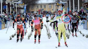 John Kristian Dahl vinner Vasaloppet (och Bill Impola i den röda ringen).