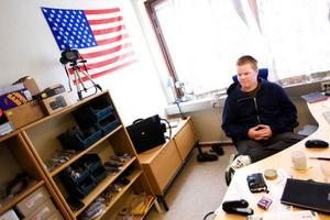 Ett litet kontor i Odenskog, det är den enda lokal som Björn Edins butik för herraccessoarer behöver, eftersom affären bara finns på internet. På kontoret får lagret plats, och där sköter han även packning av varorna.