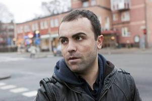 """HOPPET SJUNKER. Awat Ibrahimi, 27, restauranganställd i Gävle oroas över sin stad. """"Många är redan arbetslösa och nu sparkas ännu fler. Det blir svårt för Sverige och Gävle."""