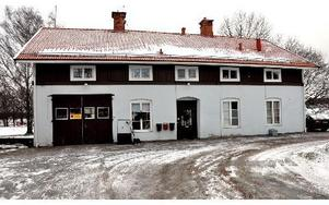 Ofta var stationerna rejäla byggen som sedan ofta blev verkstäder som den här stationen efter Bärkevägen i Söderbärke.